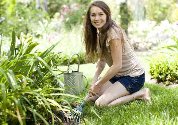 Portrait-of-young-woman-in-garden